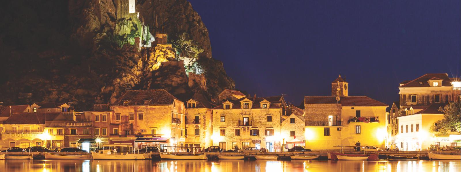 Naslovnica uvodna slika - prikazuje grad Omiš po noći